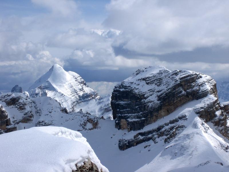 Blick-von-der-Lavarella-vorbei-an-der-Cunturinesspitze-zur-Tofana-di-Rozes